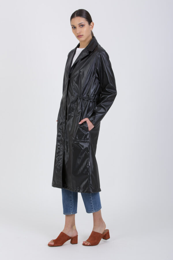 A sporty version of the classic trench coat made from Rains' signature waterproof fabric.It features a drawstring at the waist, hidden snap-buttons, and hidden pockets with a side entrance.
